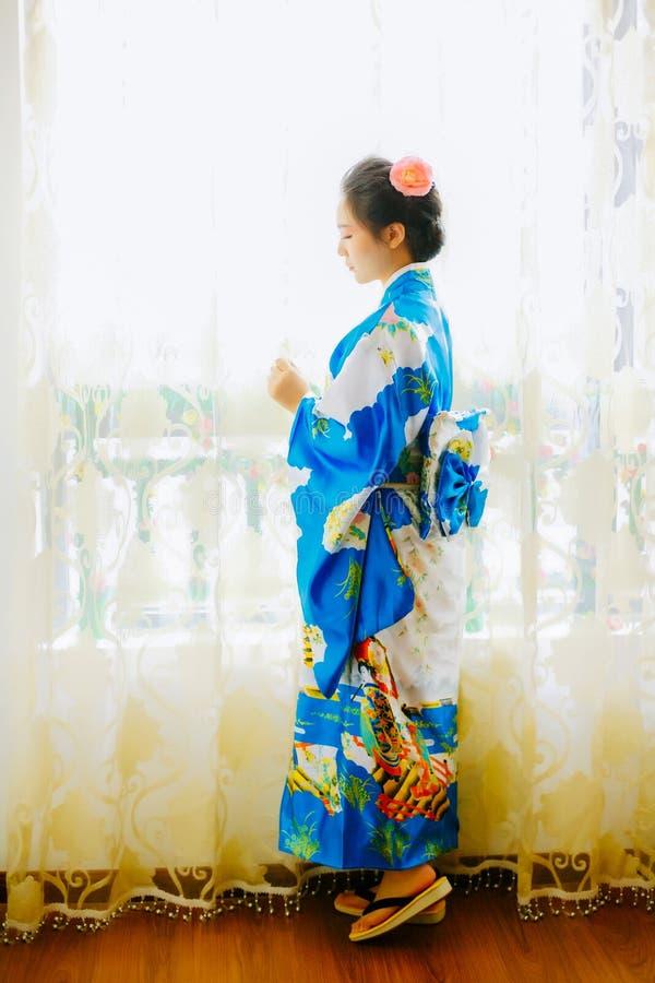 Een Aziatisch meisje in kimono stock fotografie