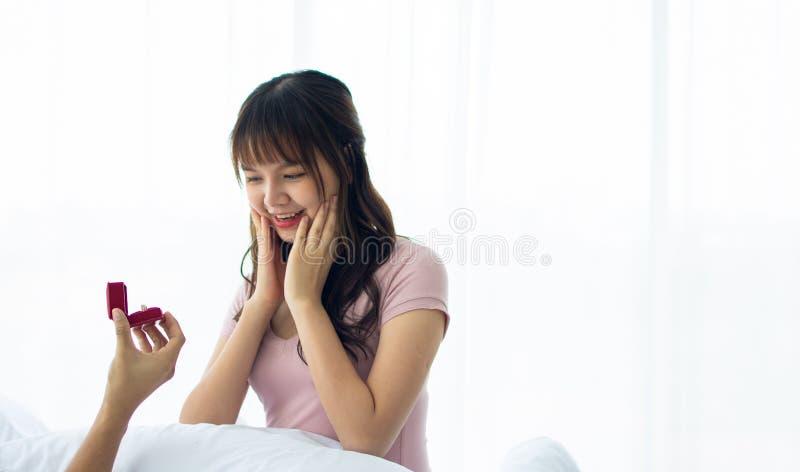 Een Aziatische leuke vrouw werd gevraagd om huwt royalty-vrije stock foto