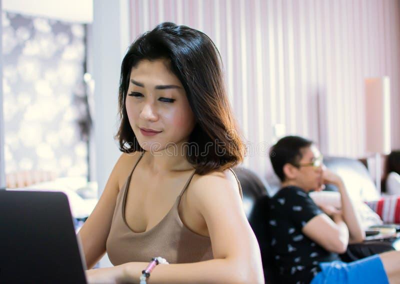 Een Aziatische vrouw doet online het winkelen op Internet stock foto's