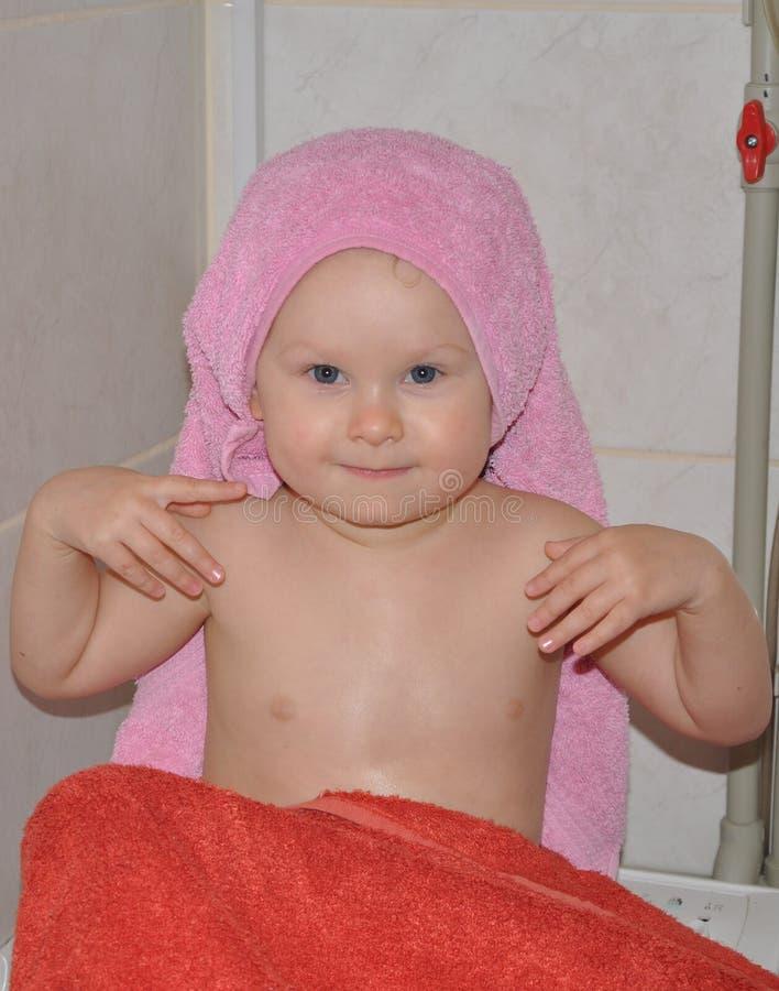 Een babymeisje na het baden royalty-vrije stock afbeelding