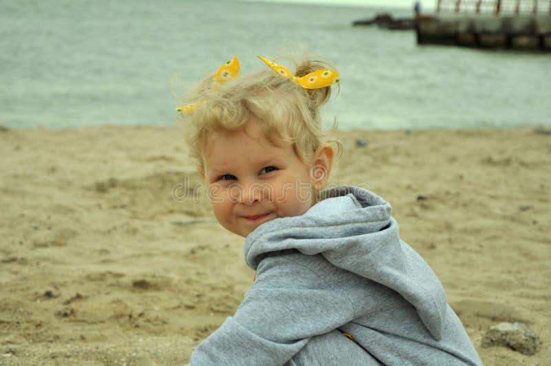 Een babymeisje op het strand royalty-vrije stock foto