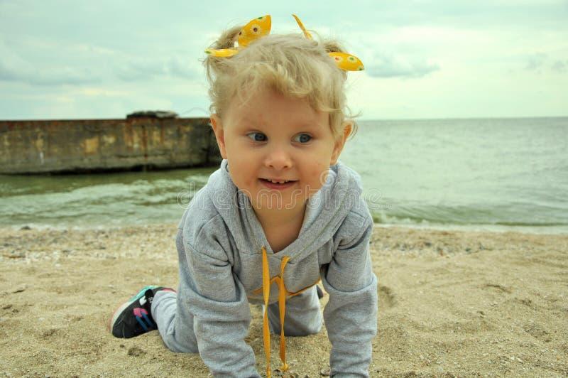 Een babymeisje op het strand royalty-vrije stock afbeeldingen