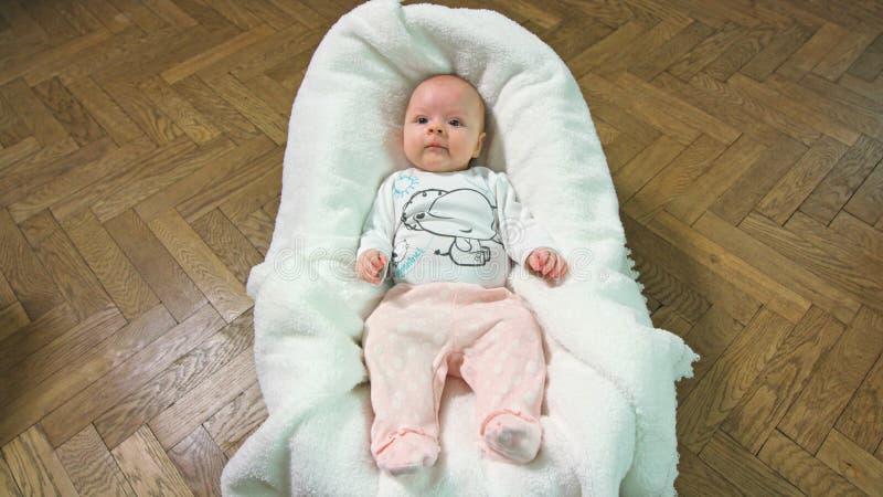 Een babyslaap in een wieg stock afbeeldingen