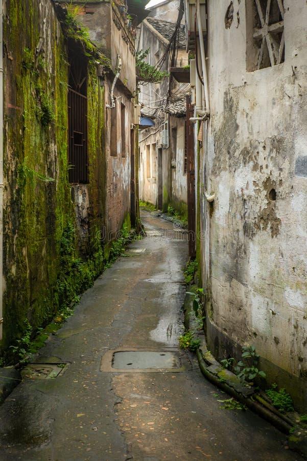 Een backalley in een typische Chinese Hutong in Wenzhou in de ochtend stock fotografie