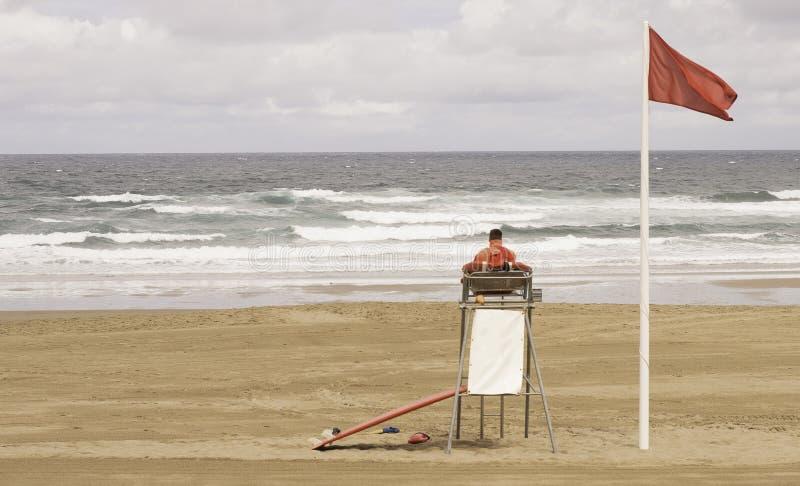 Een badmeesterzitting op toezichttoren, voor van het overzees stock fotografie