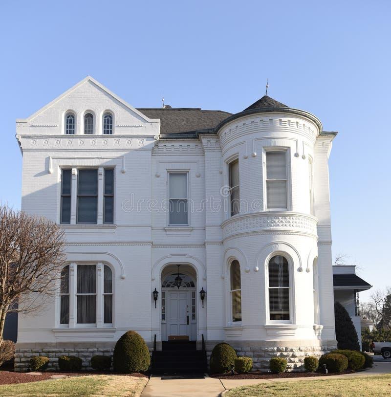 Een Baksteenwit huis royalty-vrije stock afbeelding