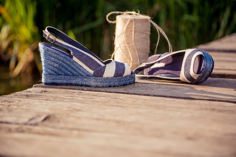 Een bal van garen rond vrouwensandals, schoenen in openlucht royalty-vrije stock afbeeldingen