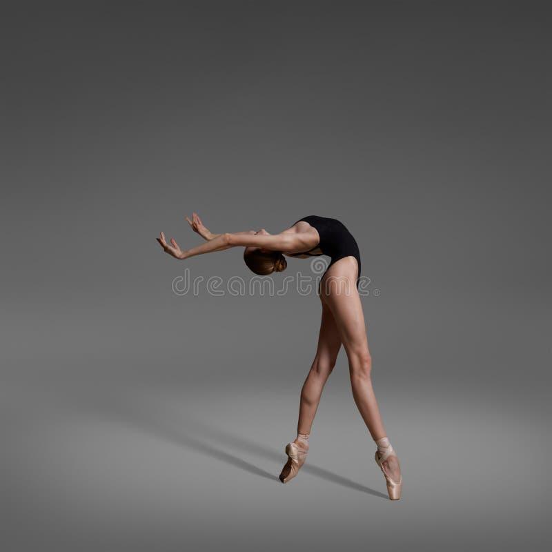 Een ballerina danst in de studio stock foto