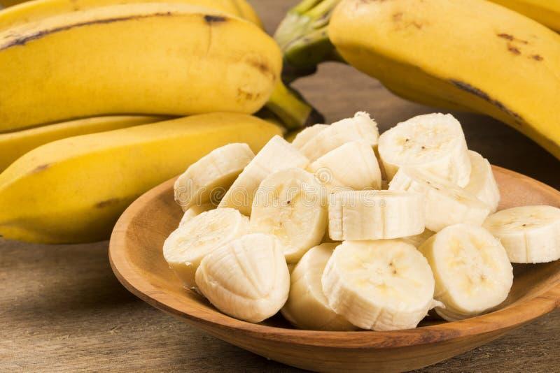 Een banch van bananen en een gesneden banaan royalty-vrije stock fotografie