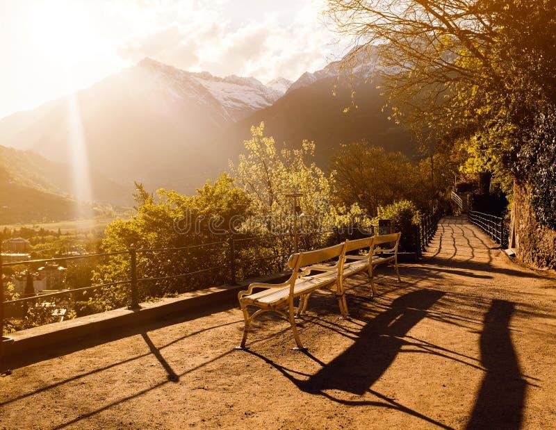 Een bank voor de heuvels tijdens zonsondergang royalty-vrije stock afbeeldingen