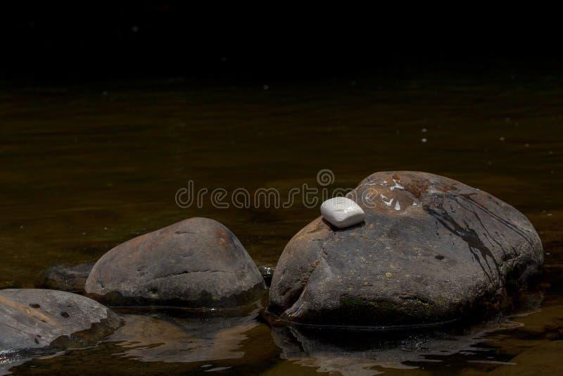 Een bar van witte zeep rust over een rots I royalty-vrije stock foto's