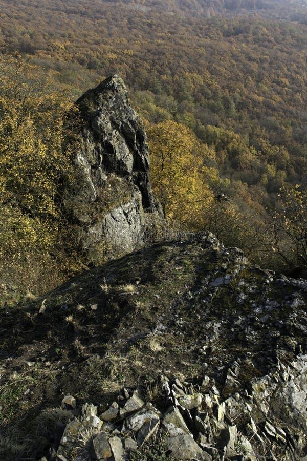 Een basaltrots op de bovenkant van een heuvel royalty-vrije stock fotografie