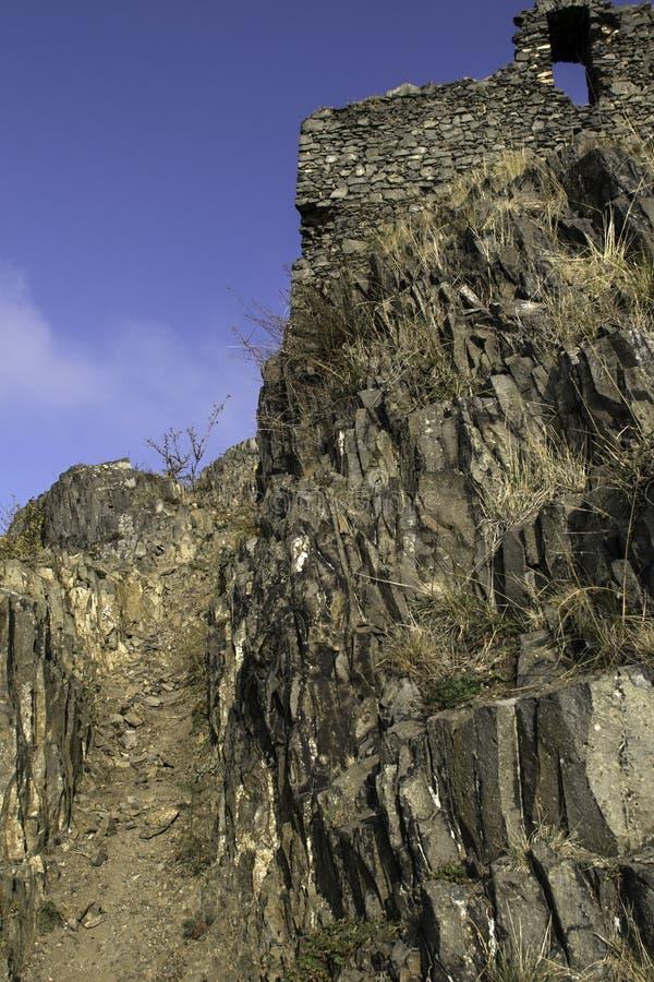Een basaltrots op de bovenkant van een heuvel stock foto's
