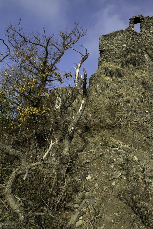 Een basaltrots op de bovenkant van een heuvel stock fotografie