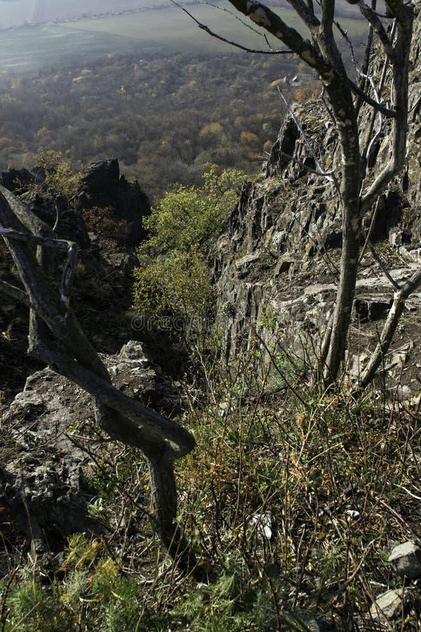 Een basaltrots op de bovenkant van een heuvel stock foto