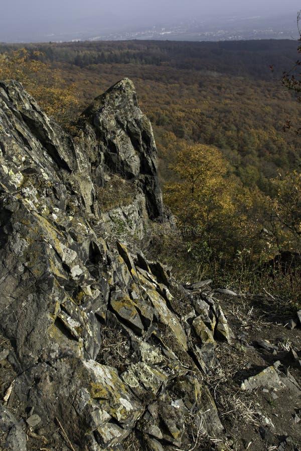 Een basaltrots op de bovenkant van een heuvel royalty-vrije stock afbeelding