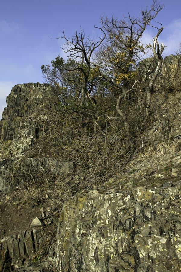 Een basaltrots op de bovenkant van een heuvel stock afbeelding