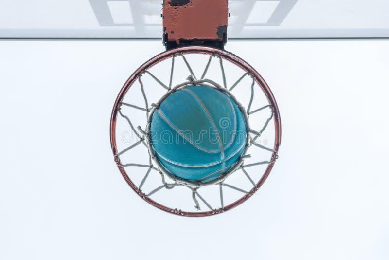 Een basketbal gaat door netto, op een buurtspeelplaats royalty-vrije stock foto
