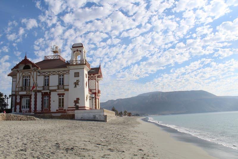 Een beachfrontgebouw in de kuststad van Mejillones wordt gevestigd die stock foto's