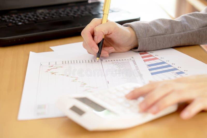 Een Bedrijfsadviseur werkt om bedrijfgegevens van grafiek te analyseren royalty-vrije stock afbeeldingen