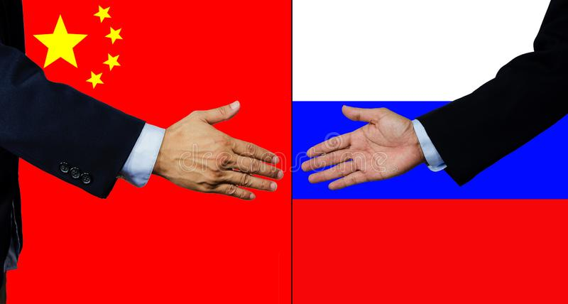 Een bedrijfsmens schudt elkaar hand, China en Rusland royalty-vrije stock foto