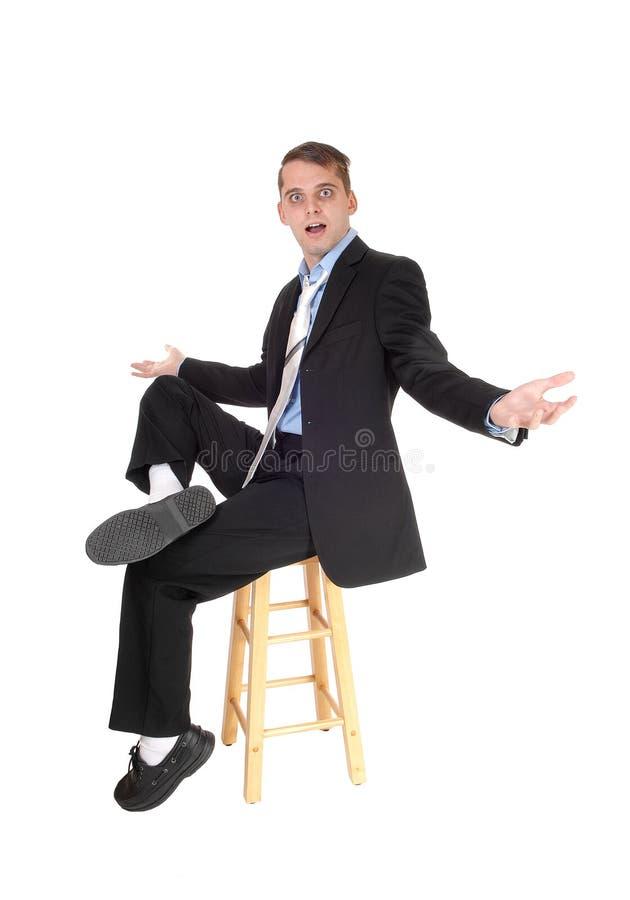 Een bedrijfsmensenzitting op een stoel is verwart royalty-vrije stock foto