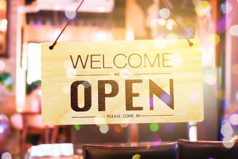Een bedrijfsteken dat Open op koffie of restaurant zegt hangt op deur bij ingang royalty-vrije stock foto's