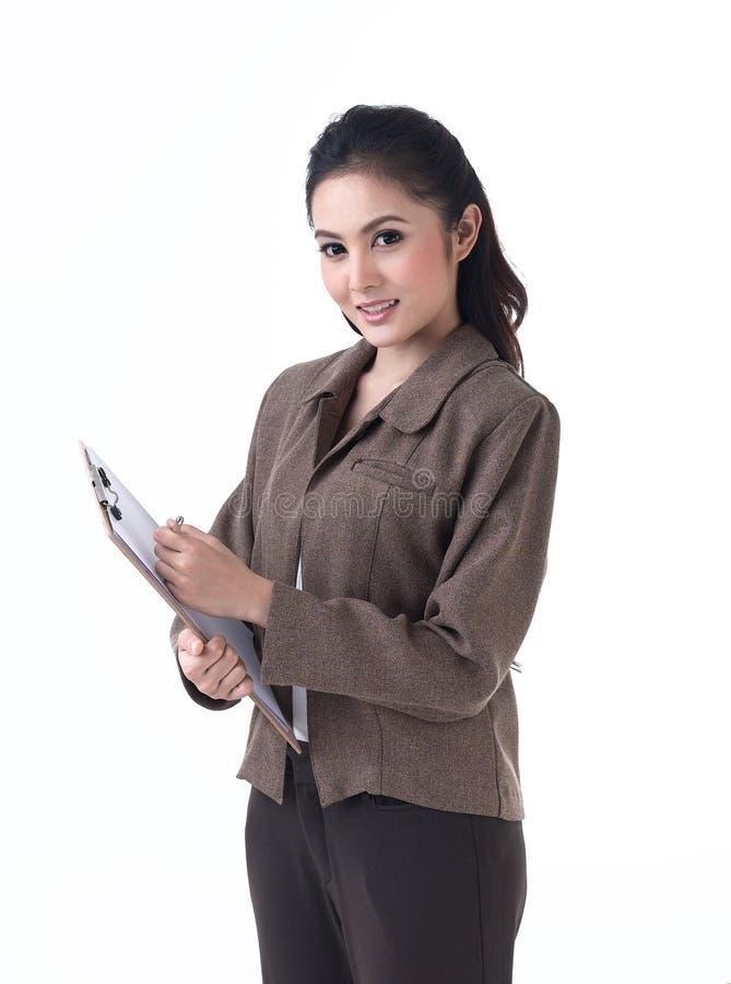 Een bedrijfsvrouw die een klembord houdt royalty-vrije stock afbeeldingen