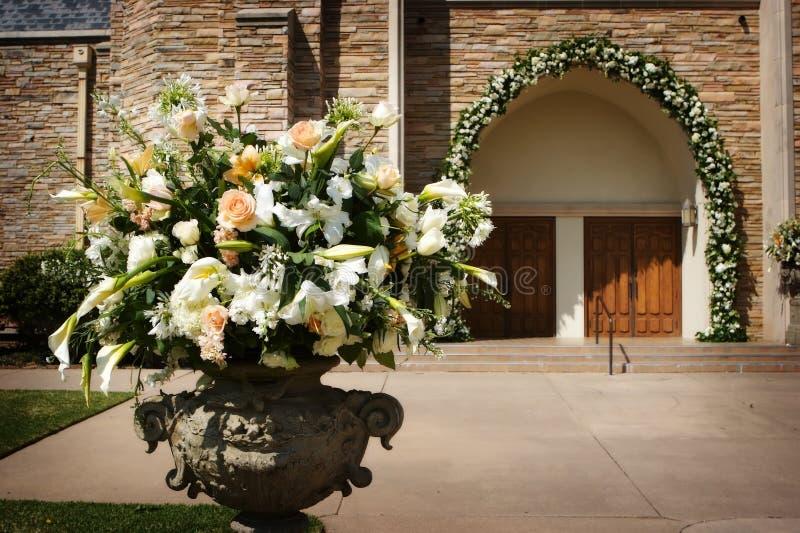 Een beeld van bloem met de kerkdeuren vóór a stock foto's