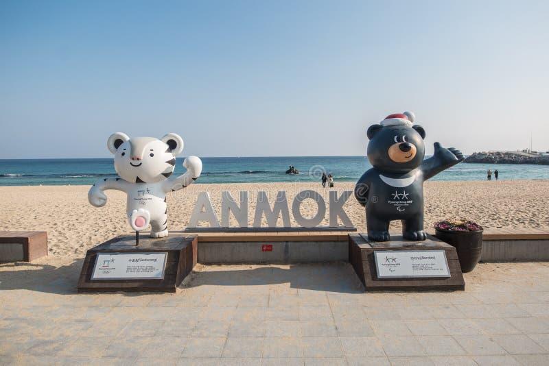 Een beeld van een de winter olympisch standbeeld door een strand van Korea royalty-vrije stock afbeeldingen