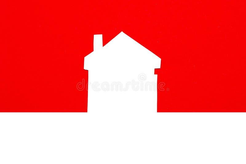een beeld van een huis op rode achtergrond stock afbeeldingen