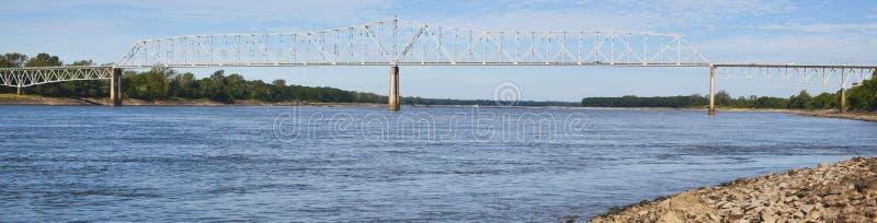 Een beeld van een lange brug die over de rivier van de Mississippi bereiken stock foto