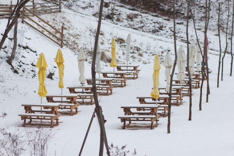 Een beeld van een openluchtdie het dineren plaats met sneeuw wordt behandeld royalty-vrije stock afbeelding