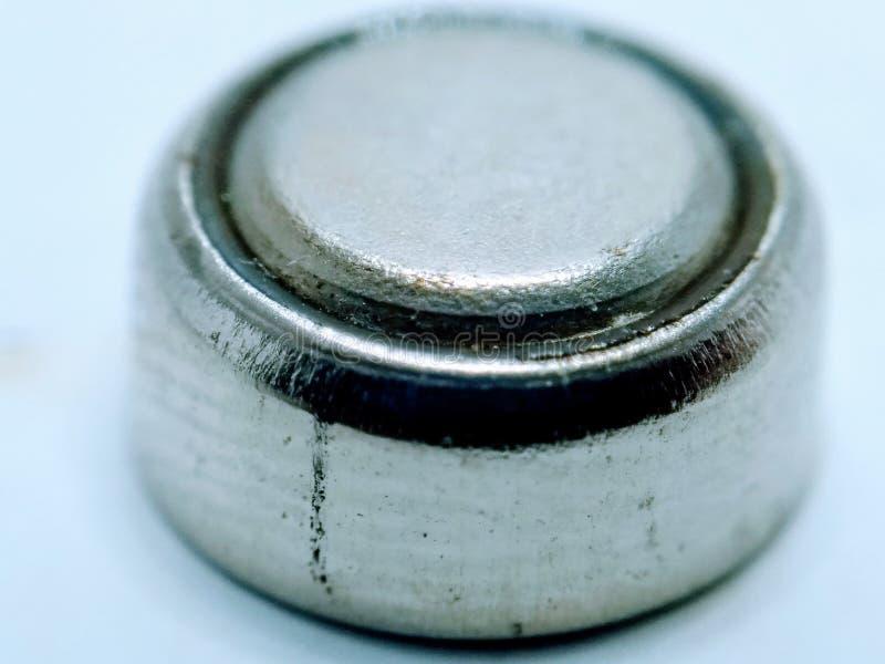 Een beeld van ronde die batterij op witte achtergrond wordt geïsoleerd royalty-vrije stock foto's
