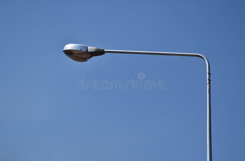 een beeld van straatlantaarn op blauwe hemel zonnige dag stock foto's