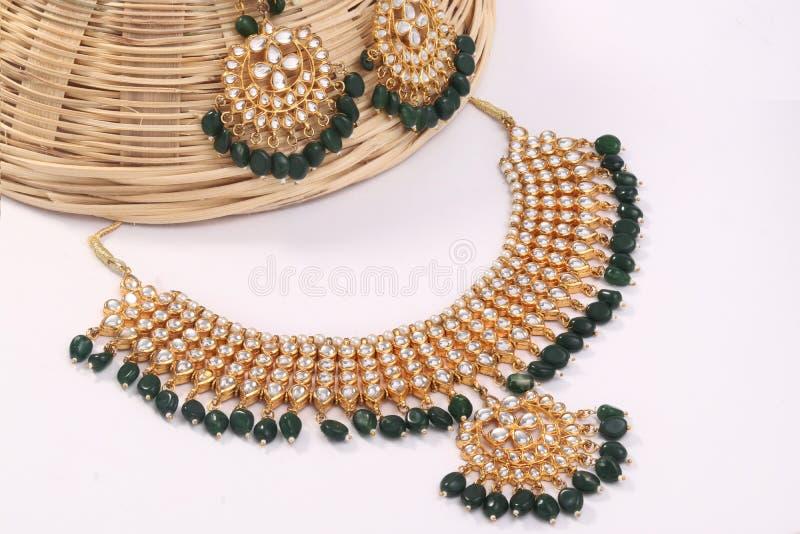 Een beeld van vrouwelijke juwelen met stenen Voor meisjes en vrouwen die oorringen en halsband aanpassen royalty-vrije stock afbeelding