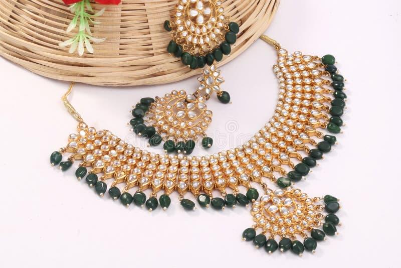 Een beeld van vrouwelijke juwelen met stenen Voor meisjes en vrouwen die oorringen en halsband aanpassen stock foto's
