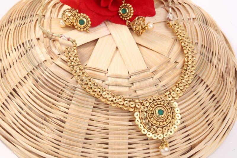 Een beeld van vrouwelijke juwelen met stenen Voor meisjes en vrouwen die oorringen en halsband aanpassen stock afbeeldingen