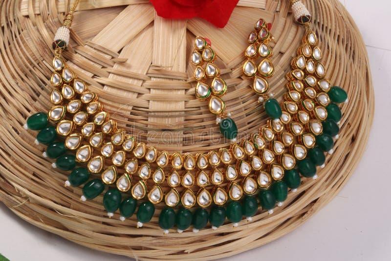 Een beeld van vrouwelijke juwelen met stenen Voor meisjes en vrouwen die oorringen en halsband aanpassen royalty-vrije stock foto