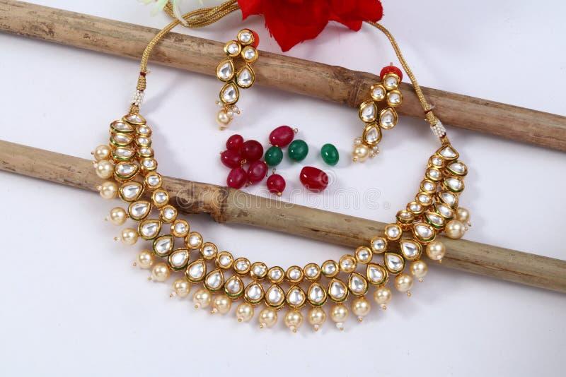Een beeld van vrouwelijke juwelen met stenen Voor meisjes en vrouwen die oorringen en halsband aanpassen stock afbeelding