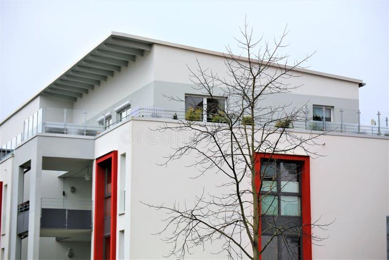 Een Beeld van een woonhuis met het moderne voorgevel schilderen, buitenschot royalty-vrije stock afbeelding