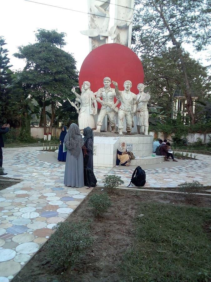 Een beeldhouwwerk aan een Universiteit van Bangladesh Een icoon van Bangladesh's vrijheidsstrijders royalty-vrije stock afbeeldingen