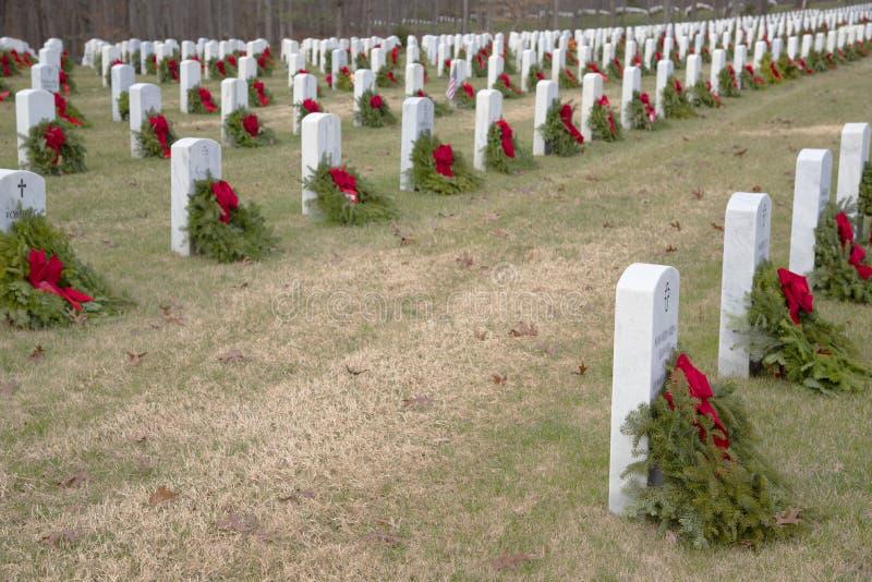 Een begraafplaatshoogtepunt van veteranen die met een kroon worden herinnerd stock foto