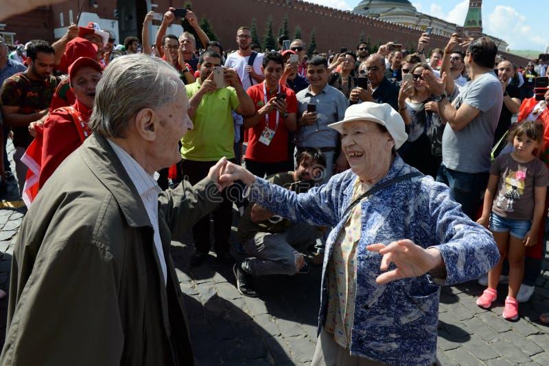 Een bejaard paar danst op Rood Vierkant tijdens de Wereldbeker van FIFA van 2018 stock afbeelding