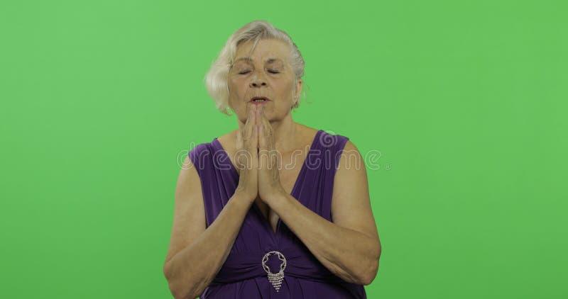 Een bejaarde bidt met handen samen clasped Oude Grootmoeder Twee in: 1 royalty-vrije stock afbeeldingen