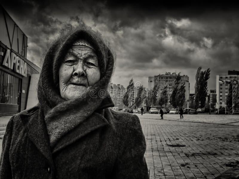 09/10/2015 - Een bejaarde die een huis-gebreide wollen sjaal en een hoed dragen royalty-vrije stock afbeelding