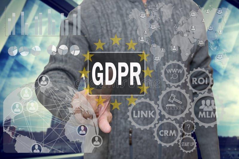 Een bejaarde gepensioneerde bestudeert informatie GDPR over het aanrakingsscherm Het algemene Gegevensbeschermingverordening conc stock foto