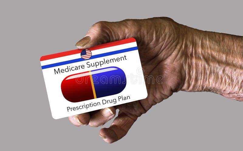Een bejaarde hand houdt een Gezondheidszorg voor bejaarden-Identiteitskaart van de Supplementverzekering royalty-vrije stock foto