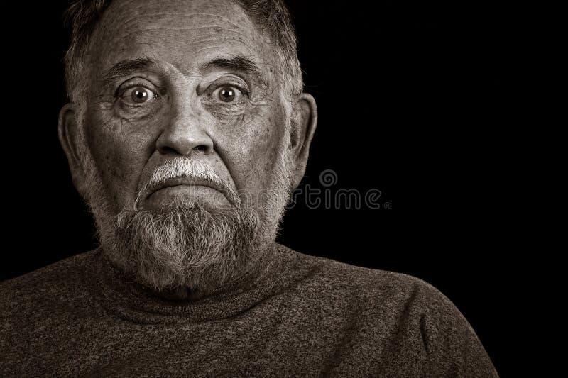 Een bejaarde met een Ongerust gemaakte Blik stock afbeeldingen