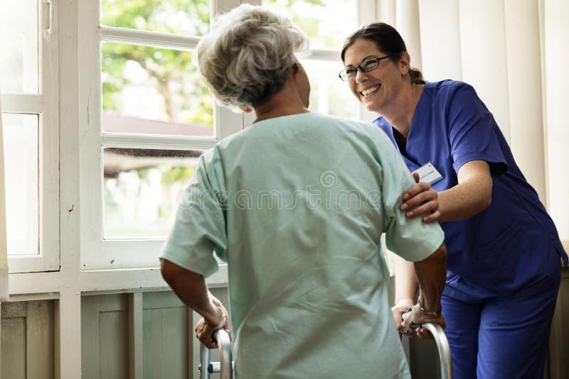 Een bejaarde patiënt bij het ziekenhuis royalty-vrije stock foto's